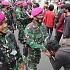 Lempar Petasan Ke Polisi, Bocah ABG Yang Ikut Demo Dipeluk MarinirLalu Cium Tangan