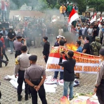 Demo KPK Ricuh, Karangan Bunga Dibakar dan Kain Hitam Dicopot Massa