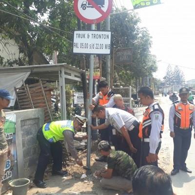 Resmi Terpasang, Dump Truk Dilarang Melintas Di Jalan Raya Babelan