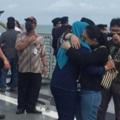 Hujan Air Mata Hiasi Suasana Tabur Bunga Untuk Korban Sriwijaya Air